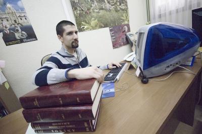 Sergio Monge en la entrevista para Público - Ordenador y Libro de Texto